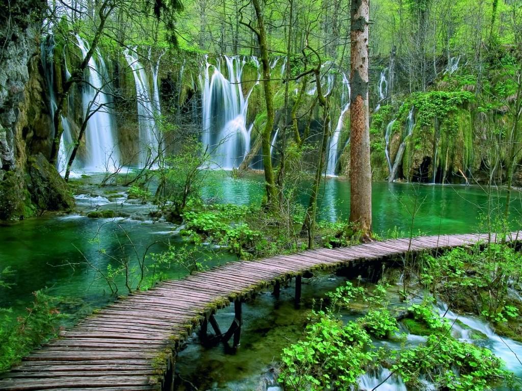 Lago sotto le cascate