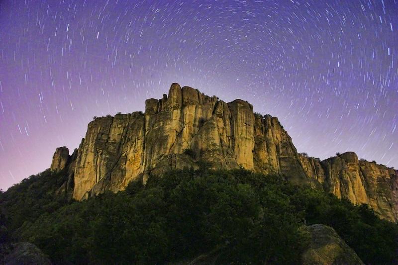 Foto notturna della Pietra