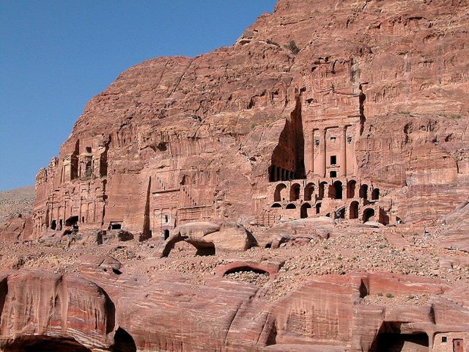Gli edifici di Petra scolpiti nella roccia