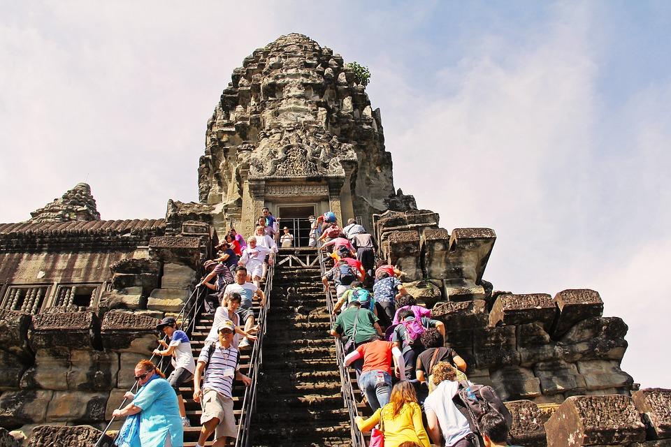 Turisti affollano il tempio di Angkor-Wat