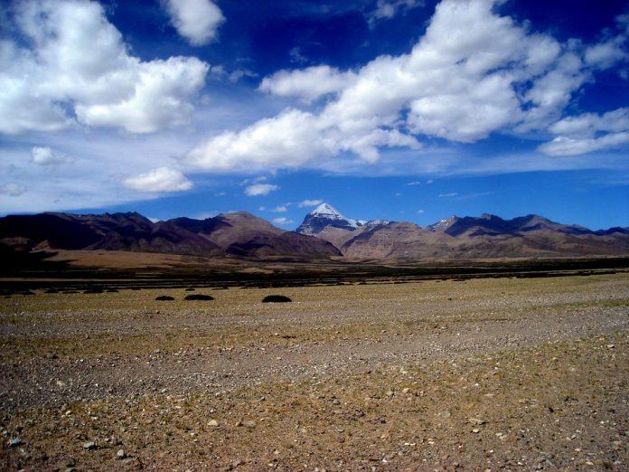 Il monte Kailash svetta sullo sfondo