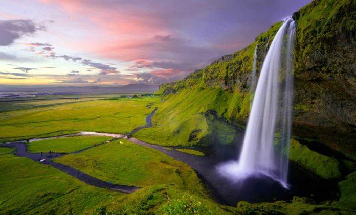 La magnificenza di Seljalandsfoss