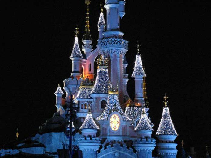 castello di Disneyland di notte